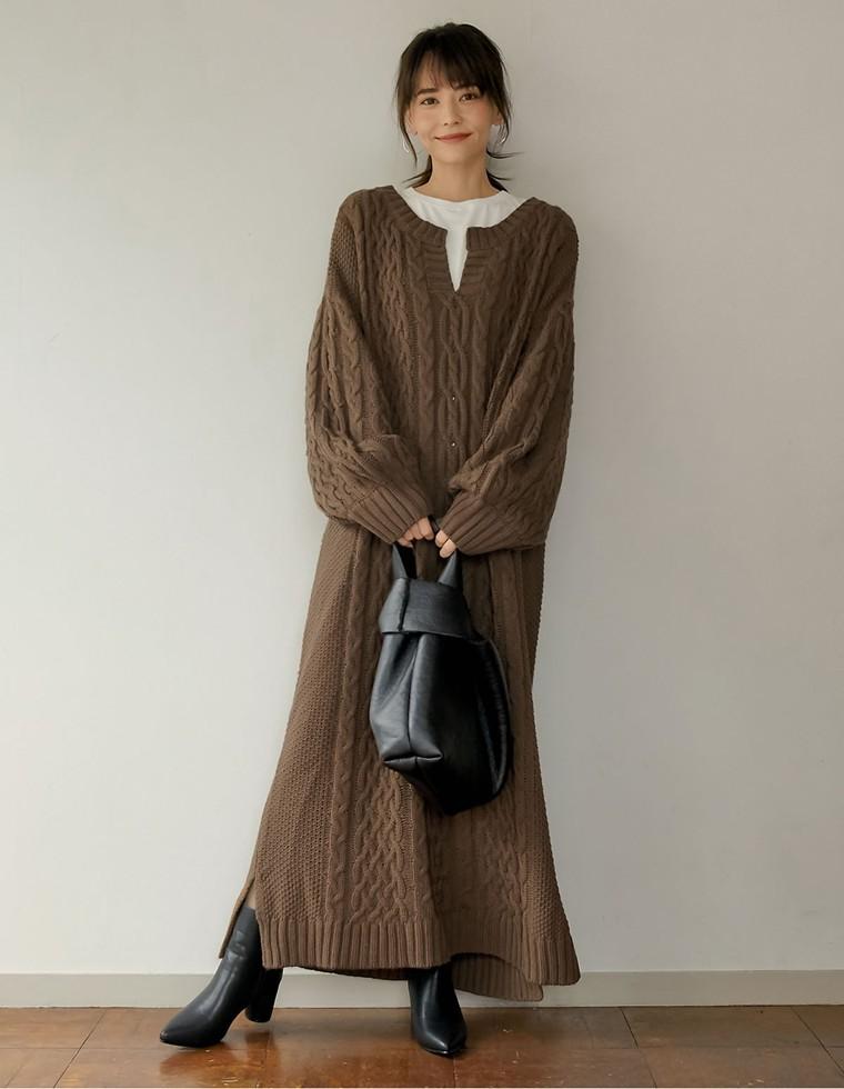 ブラウンニットを着た女性