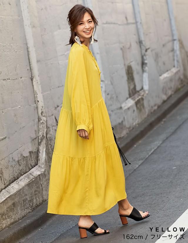 黄色ワンピの女性の画像