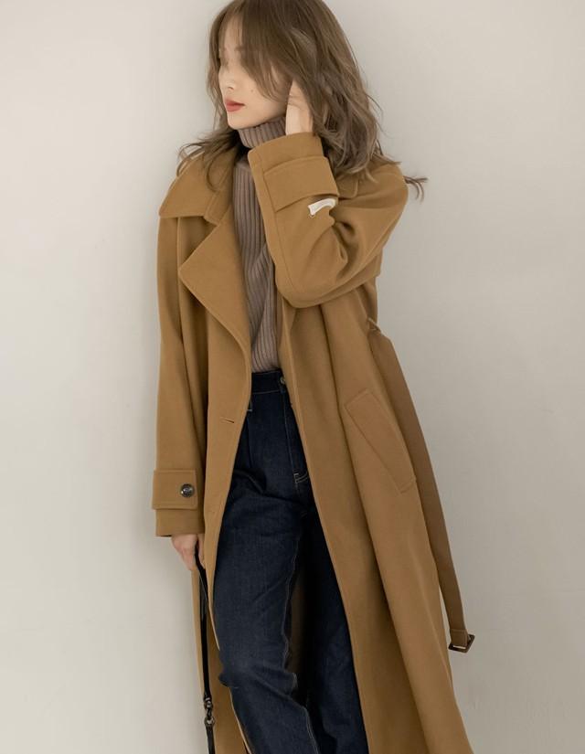 ブラウンコートを着ている女性